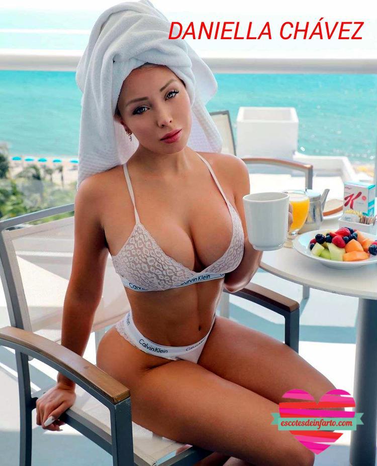 Daniella Chávez desayuna desnuda en la terraza