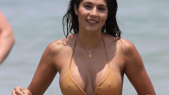 Pia Miller marcando pechos en la playa