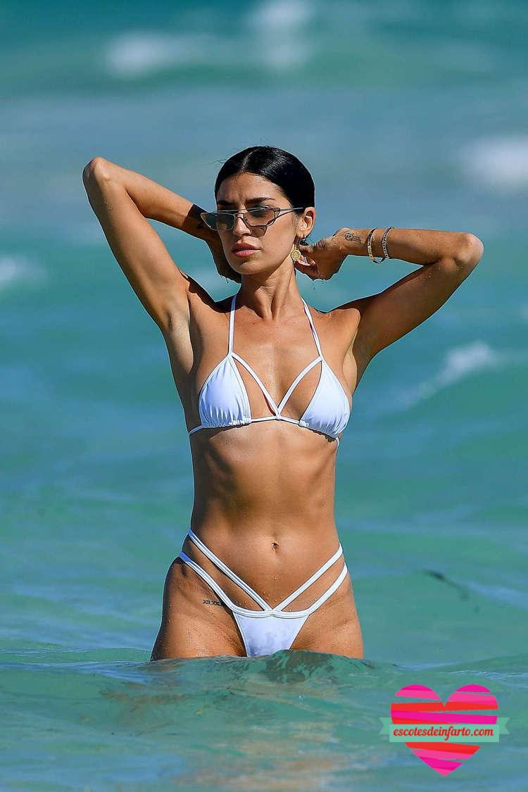Nicole Williams totalmente mojada