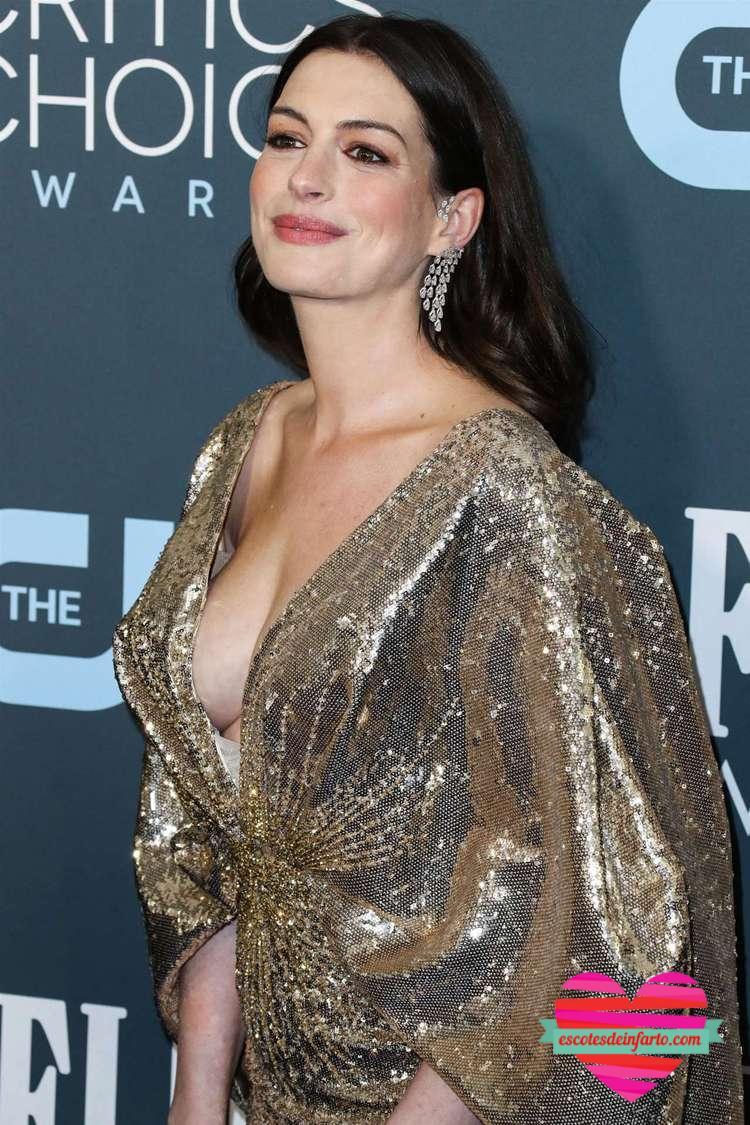 Anne Hathaway vestido dorado