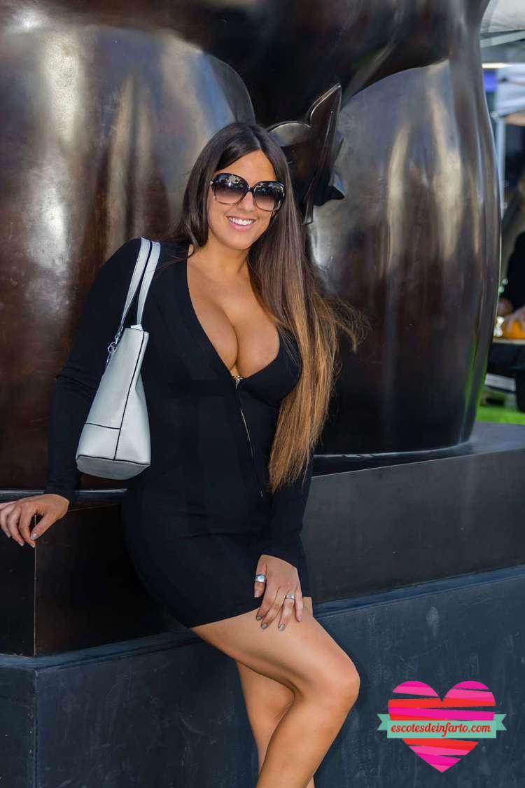 Claudia Romani posa en la estatua de Botero