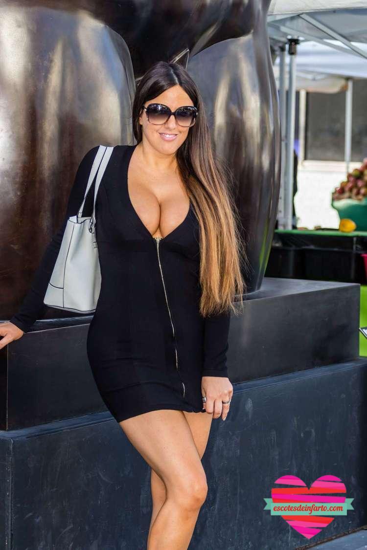 Claudia Romani se sujeta la falda