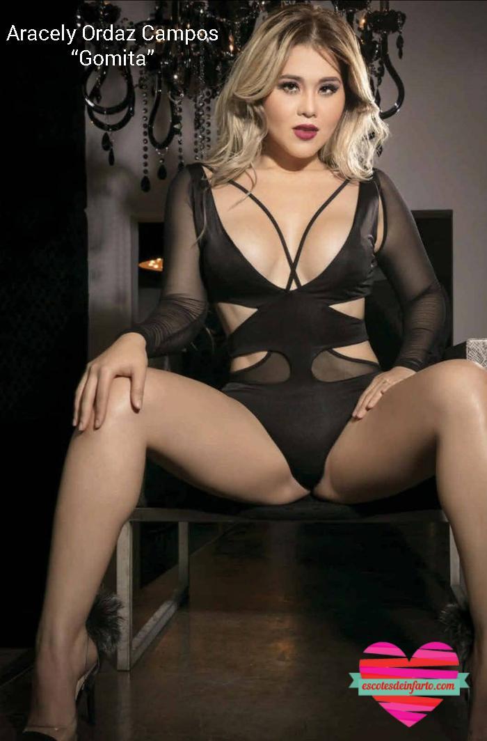 Gomita en lenceria negra sentada en una silla con las piernas abiertas