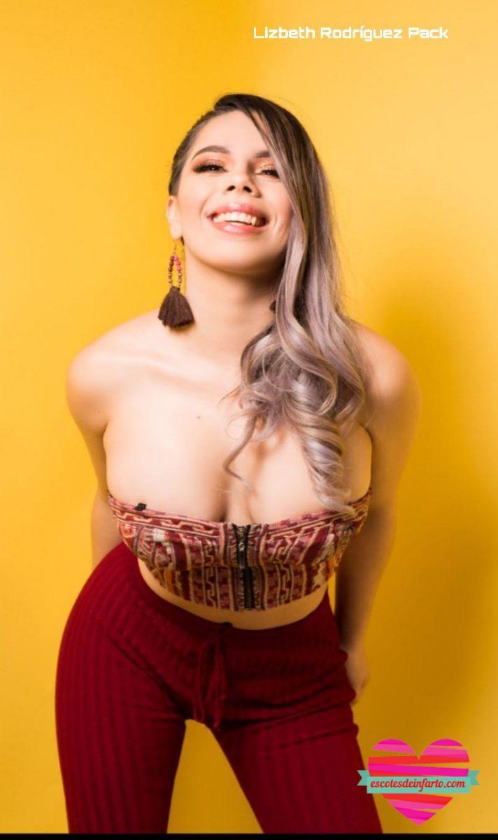 Lizbeth Rodríguez se escha hacia adelante para mostrar su escote