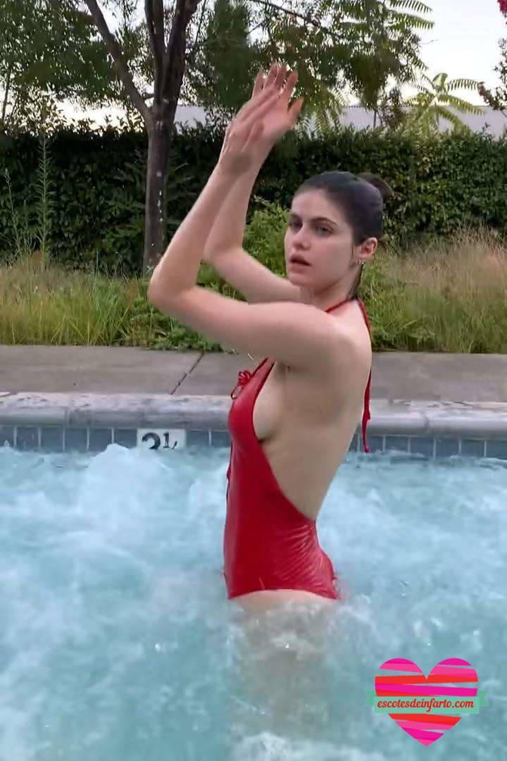 Alexandra Daddario en bañador rojo juega en la piscina