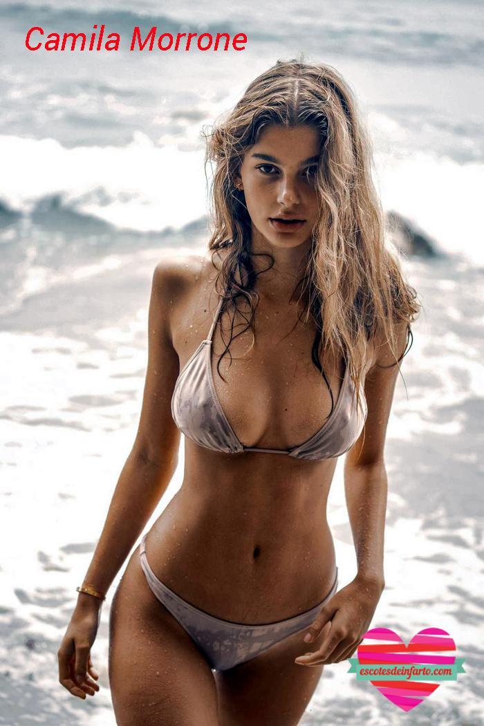 Camila Morrone en bikini mira a cámara