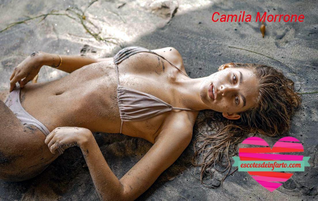Camila Morrone tumbada en la playa