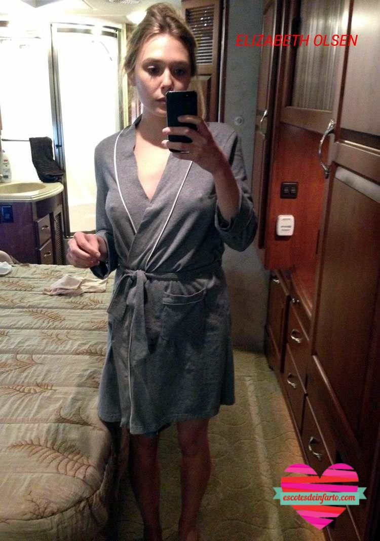 Elizabeth Olsen en bata selfie