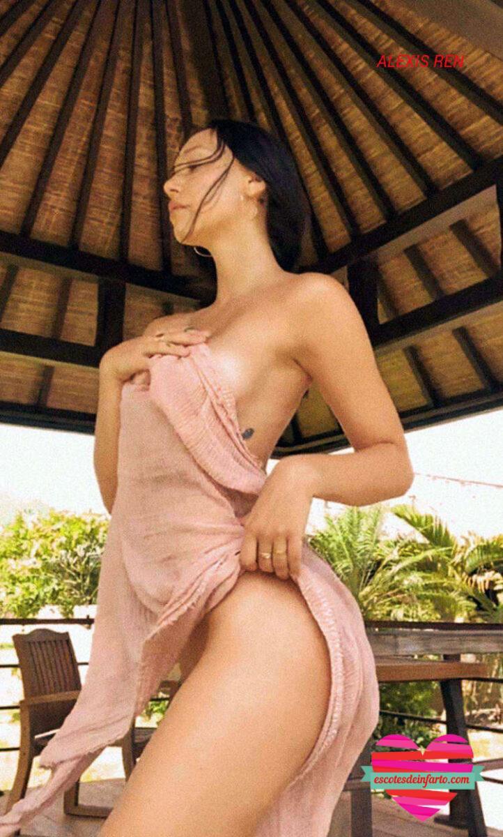 Alexis Ren con una toalla