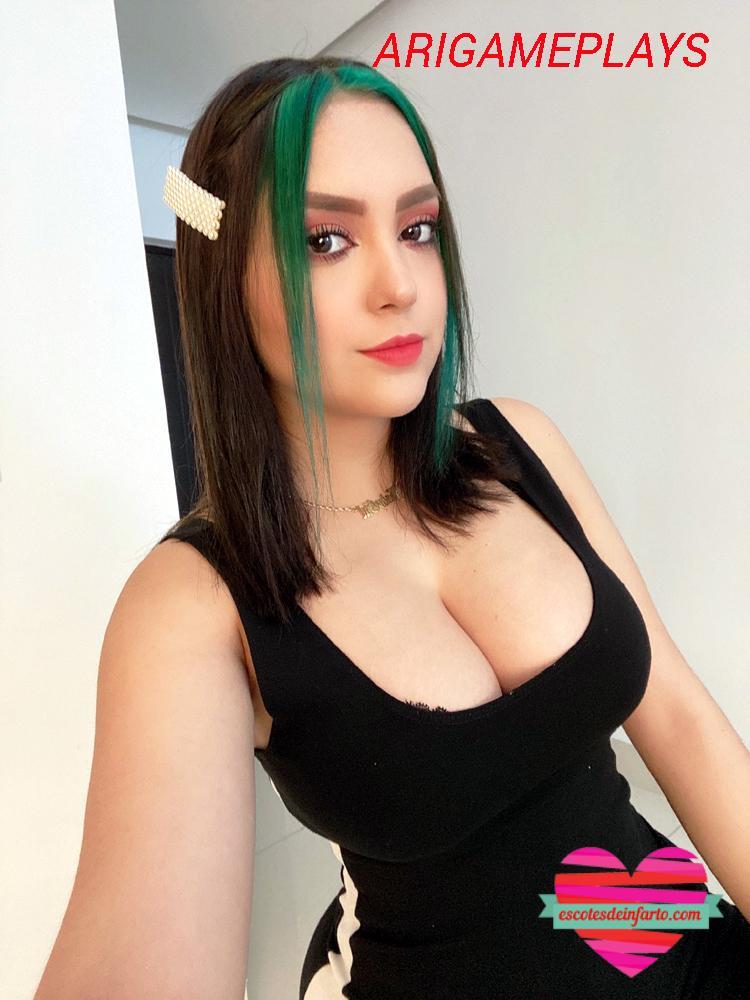 Arigameplays con pelo verde y escote abierto