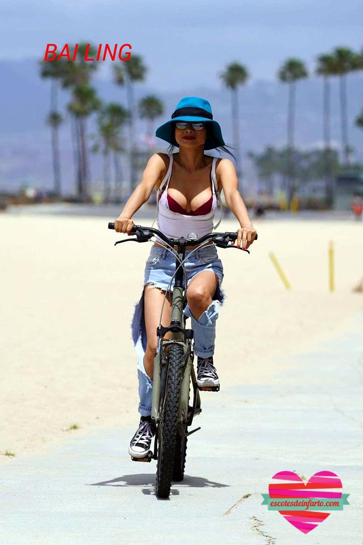 Bai Ling en bicicleta por la playa