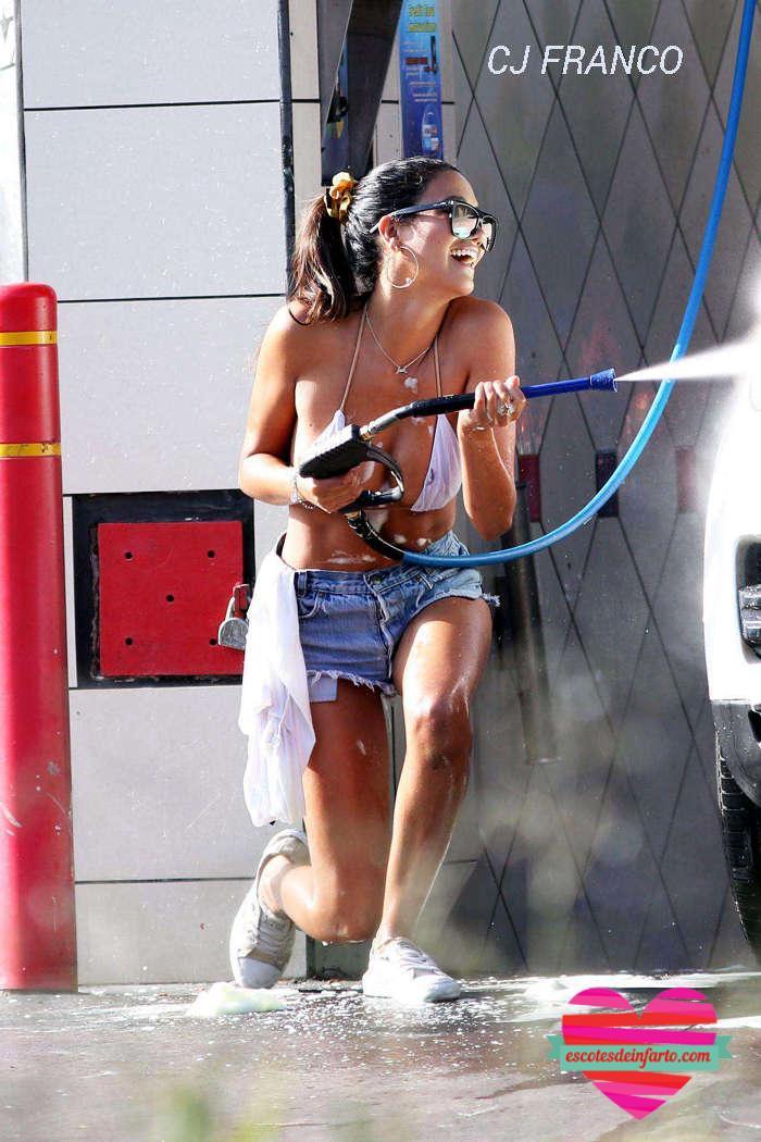 CJ Franco se rie mientras lava el coche en bikini