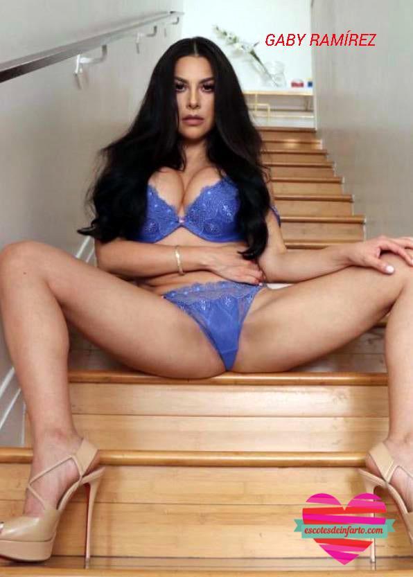 Gaby Ramírez sentada en una escalera con las piernas abiertas
