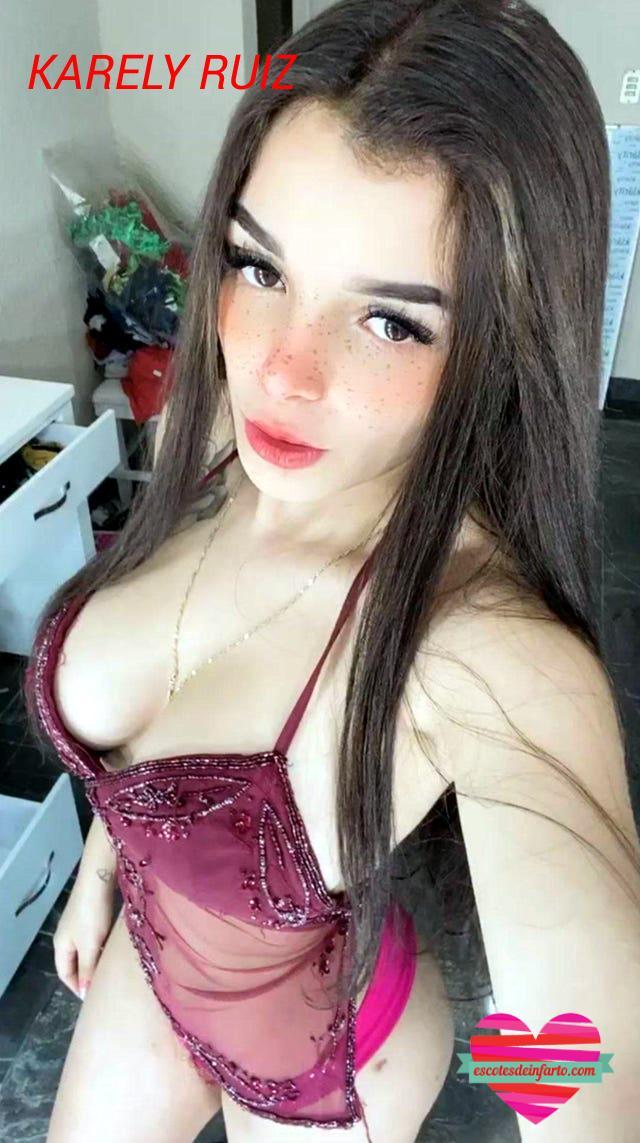 Karely Ruiz selfie mostrando lenceria