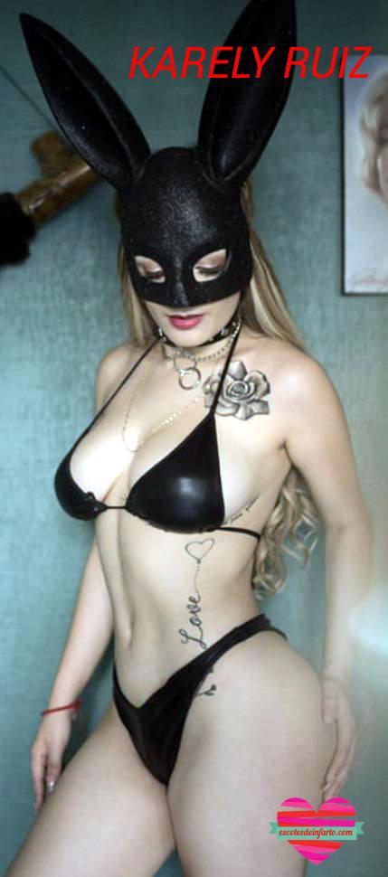 Karely Ruiz con máscara de conejita