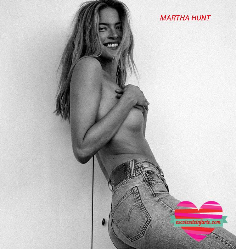 Matha Hunt sonrie a cámara mientras se cubre tas tetas con la manos