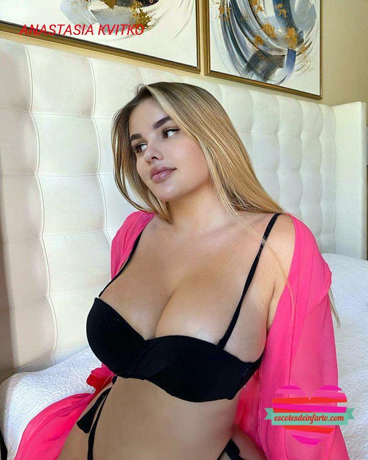 Anastasia Kvitko en a cama con vestido rosa